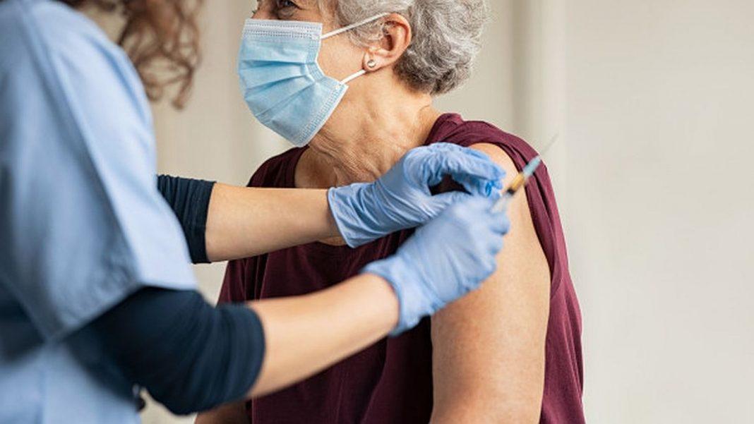 Εμβολιασμός σε ηλικιωμένη γυναίκα