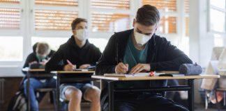 Μαθητές με μάσκες εν ώρα μαθήματος