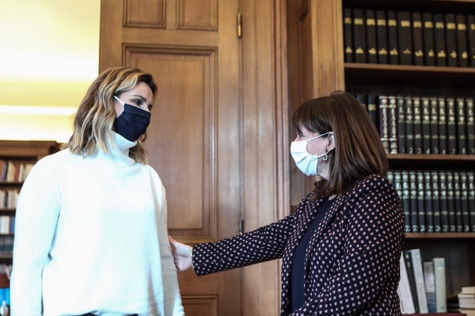 Κατερίνα Σακελλάρπουλου και η Σοφία Μπεκατώρου συνομιλούν