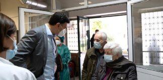 Ο υπουργός Υγείας Βασίλης Κικίλιας συνομιλεί με ηλικιωμένους